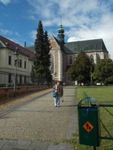 Lidia en la abadía donde trabajó Mendel e iglesia detras de ella