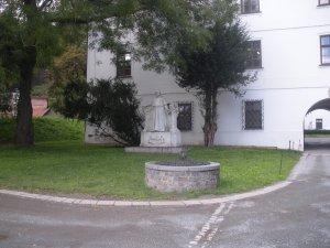 Estatua de Mendel en el jardía de la abadía